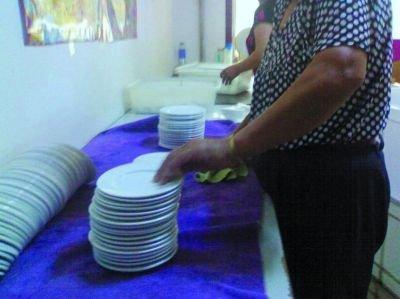 暗访消毒餐具加工点:脏水池中洗 擦擦就封袋