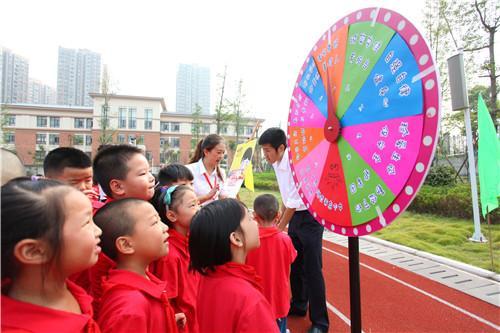 两江小学开学节 学生玩游戏学知识