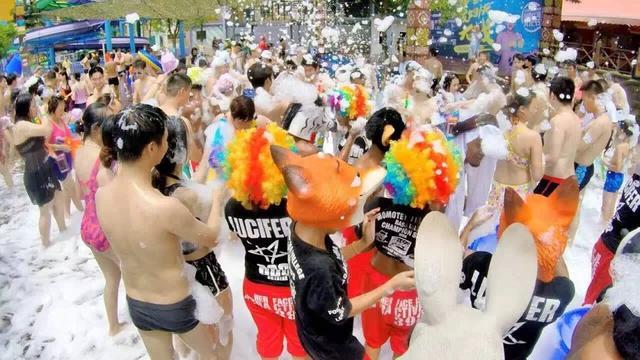 史无前例泼妇/夫大战来啦 加勒比海万人共狂欢