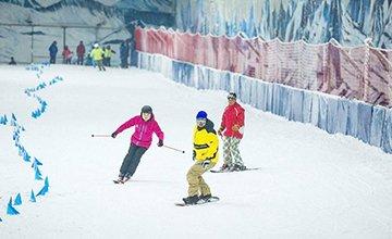 本周末去际华园滑雪场体验荧光滑雪