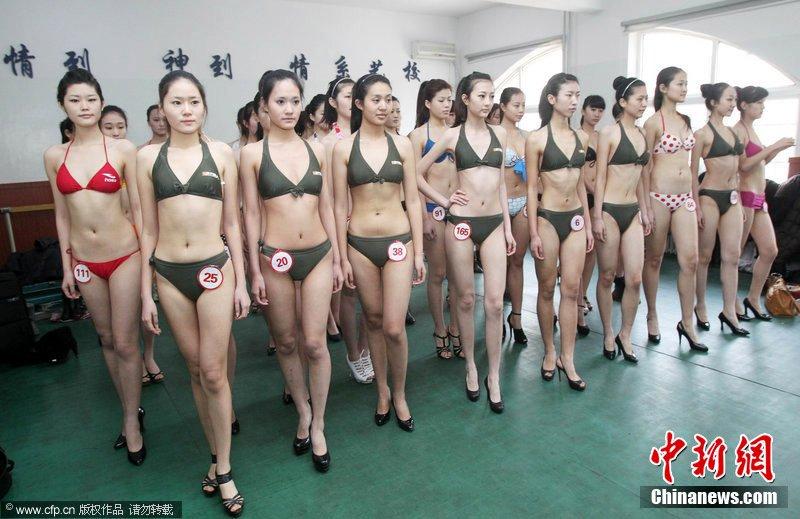 艺考美女身着泳装参加形体测试