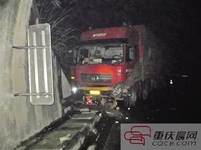 渝湘高速安上千个防撞桶 保障渝东南高速路安全