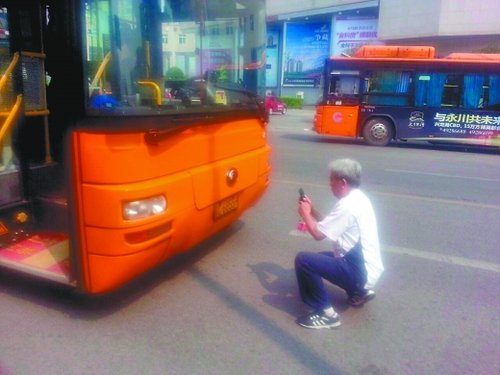 曾大爷拍下公交车车牌号