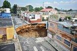 当地居民称,暴雨和排水设施缺陷导致地面塌陷。