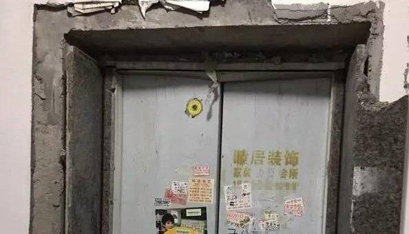 大妈致使电梯爆炸