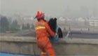 女子跳楼还咬救援人员