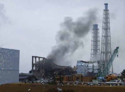 """福岛核电站两座反应堆""""冒烟"""" 抢险工作中断"""