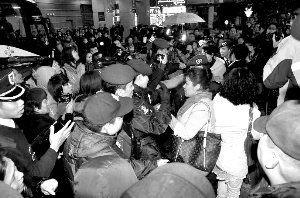 内地游客澳门打导游遭百人围堵 致歉后离开