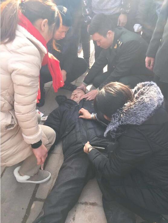 男子突然晕倒路边 这一车军医有序施救化险为夷
