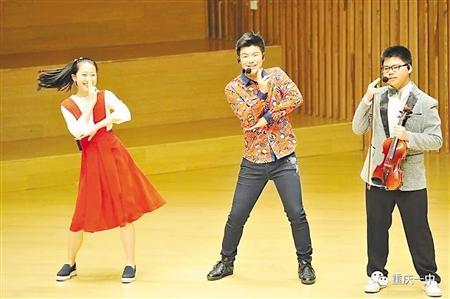 重庆一初中生擅长双语主持还精通钢琴 如今出歌
