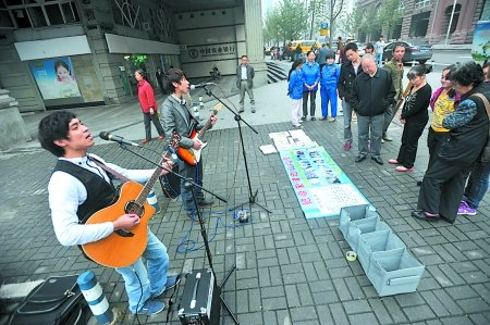 记者 张路桥 摄-流浪歌手街头巡演募捐 资助21户山区贫困家庭图片