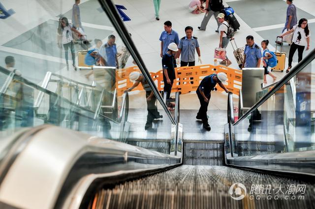 """重庆火车站:""""设备医生""""迎战""""高烤"""""""