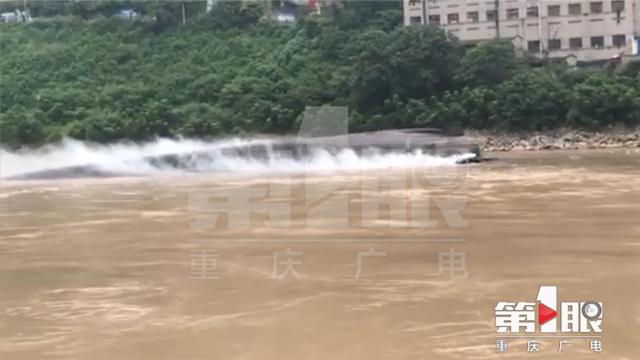一货船长江水域发生翻覆 船上7人已撤离