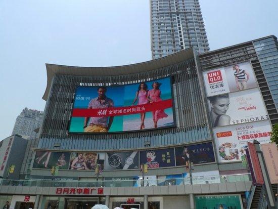 H&M 日月光中心店开业 市民排队抢购