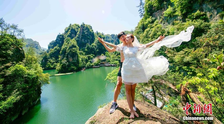 女朋友一起攀上悬崖,在悬崖上向女朋友求婚,用这种特殊的方式纪