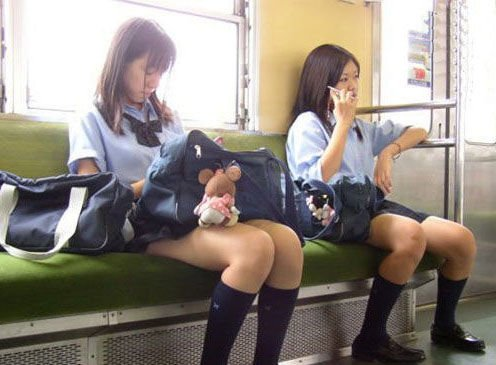 日本男子电车内强吻少女