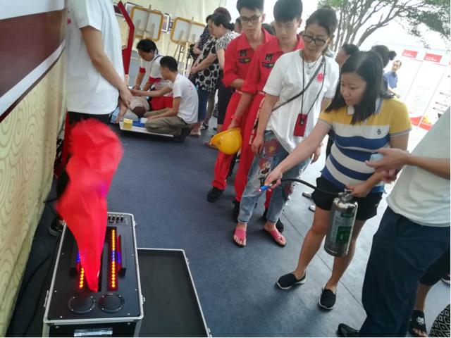 重庆举办安全生产月咨询日活动 VR模拟体验受热捧