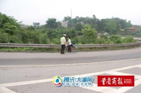 初中生上网放假单车骑原因悄悄上高速路初中生看望的父亲图片