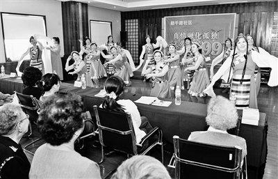 社区开展助老活动 文艺表演让老人欢度重阳
