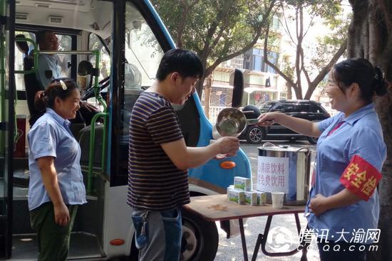 公交192、193线调度室 向乘客提供免费茶水