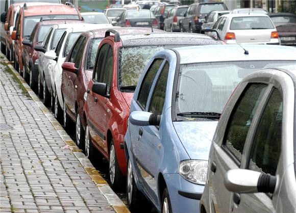17辆车乱停遭毁容 如何才能安全停放车辆?