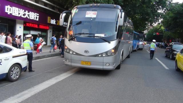 渝北交巡警龙兴大队护送280名高考生安全到达考试驻地