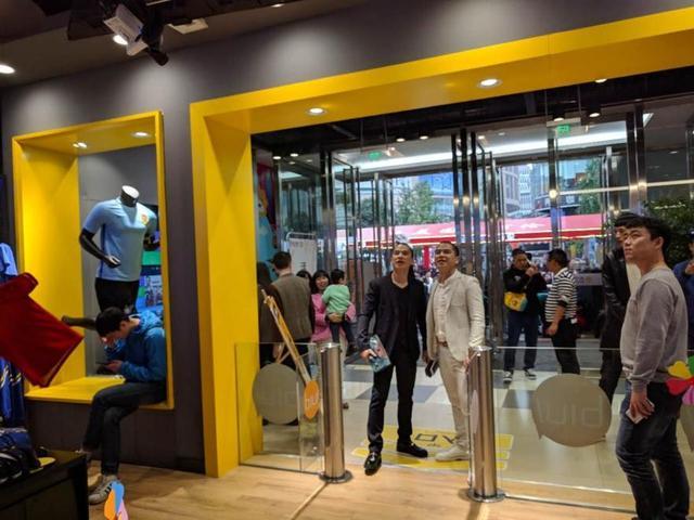 重庆苏宁首家无人店开业,数百市民体验刷脸购物