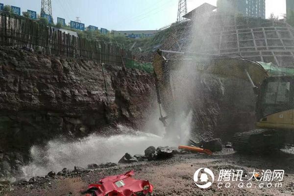 九龙坡一工地挖爆水管 造成陈家坪石桥铺等区域停水