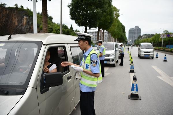 黔江区交巡警查处面包车各类交通违法行为395起
