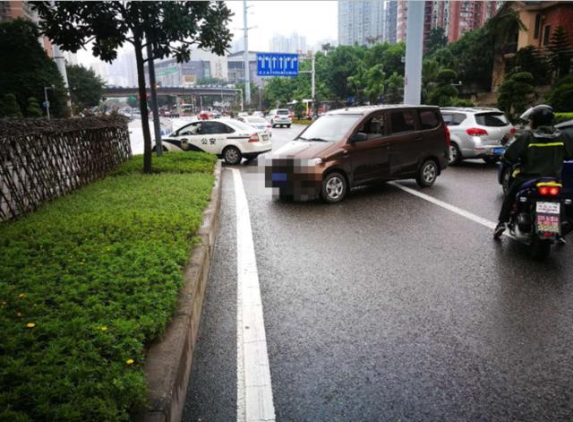 雨天开快车突然急刹 面包车旋转270度撞上隔离带