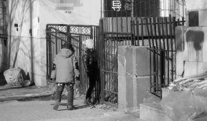 皇姑区松花江街上,两名相邻业户家的孩子,在父母经营的小店附近玩耍