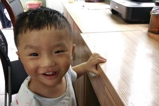 两岁男童误上公交车 乘客接力照顾助其回家