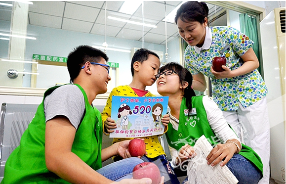 """病房变""""教室"""" 大学生志愿者为儿童提供教育援助"""