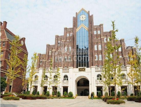 学校整体建筑风格都是梦幻的欧式设计,深色砖墙,高耸的尖屋顶和可爱指