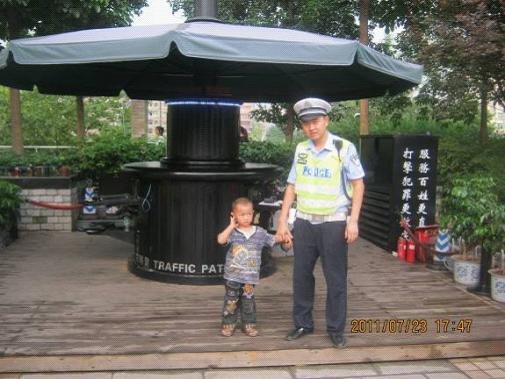 小孩游玩努力交巡警经找回终丢失孩童视频人声朗读图片