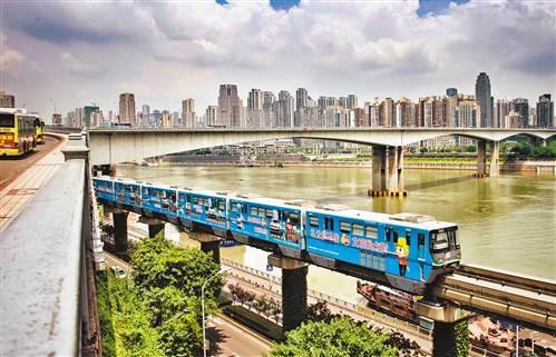 """重庆轻轨列车穿""""新衣"""":成流动的文明风景线"""