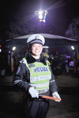 和男友吵架女孩深夜裸奔 交巡警救助护其尊严