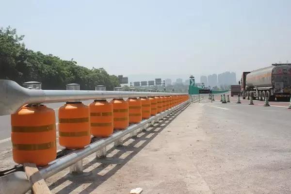 重庆高速首次投用旋转护栏 关键时刻能救命