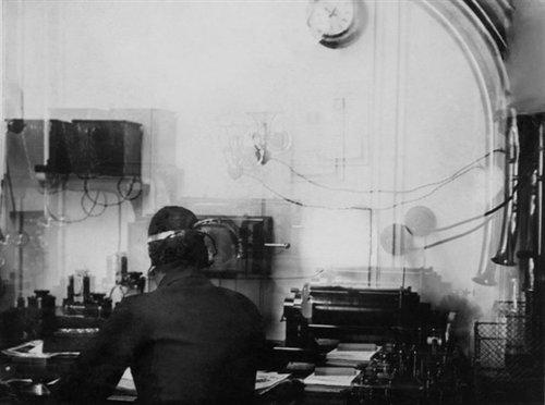 """时代周刊公布泰坦尼克号绝版照片 1912年,""""泰坦尼克""""号上的无线电报室内,无线电报员哈罗尔德-布莱德正在工作.图片"""
