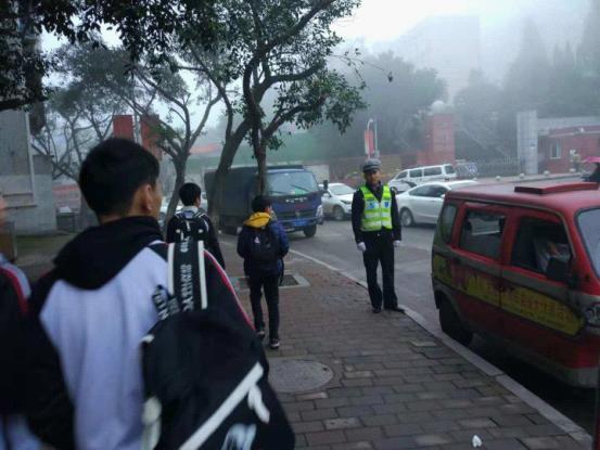 九龙坡区交巡警加强辖区校园周边秩序整治和护学工作