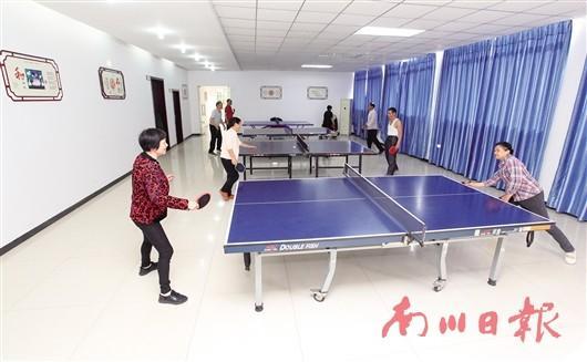 11月8日,东城街道灌坝社区运动室,居民在打乒乓球.记者 陈姗 摄图片