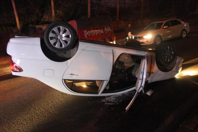 新手女司机操作不当 车子转弯时翻了个底朝天