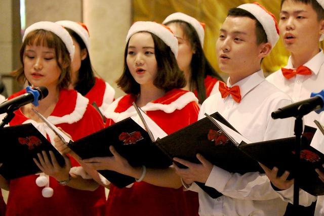 """重庆嘉发希尔顿逸林酒店""""逸""""起点亮圣诞树"""