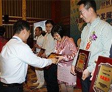 铠恩国际总经理助理张骥为获奖商户颁发五星服务奖