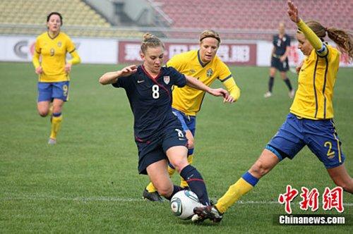 图为两国女足球员奋力拼抢。