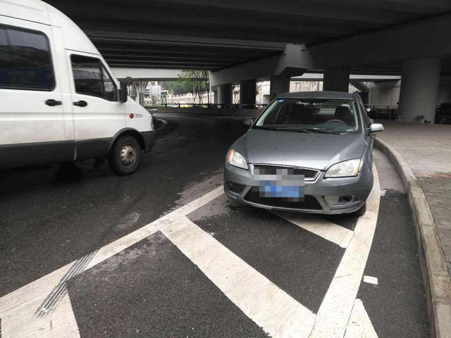 司机找不到路打电话求助 车辆失控冲上人行道