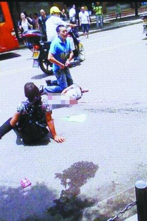 车祸现场,死者家属悲痛欲绝.高清图片