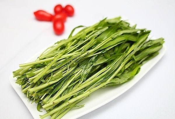武汉本地藜蒿提前上市 价格贵过鸡鸭鱼猪肉