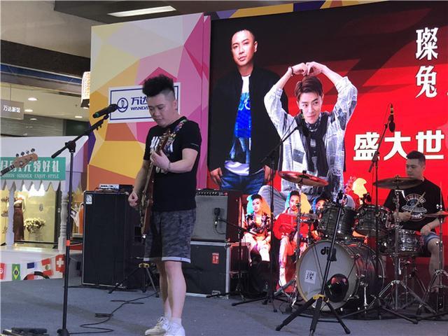 璨乐团许科、兔三岁王飞签约首唱会 众明星打CALL