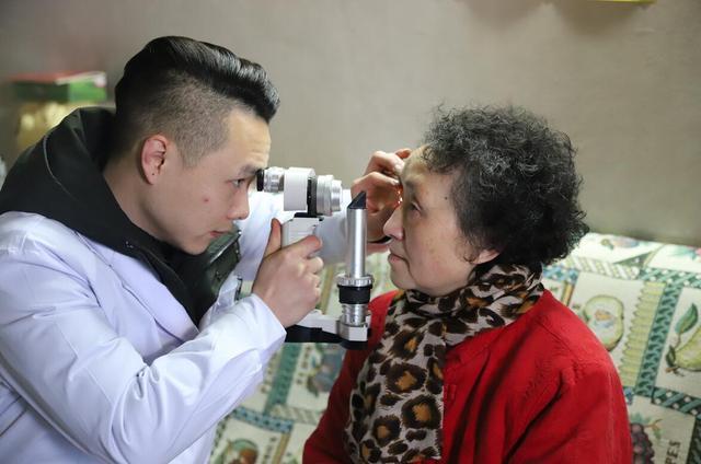 重庆眼视光眼科医院送眼健康到低视力人群手中